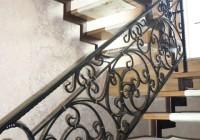 Кованные перила и металлическая лестница